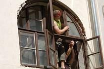 BRATŘI ZDENĚK A JAN ĎURIŠOVI včera zasazovali chybějící nádvorní okna.