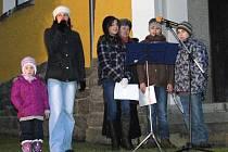 Ze zpívání koled u dřevorubecké kaple sv. Prokopa v Peci pod Čerchovem.