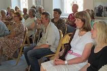 VERNISÁŽ. Domažlické publikum při ní potěšilo i vystoupení talentované zpěvačky Miroslavy Deckerové.