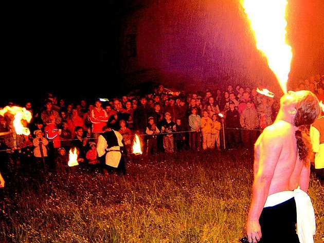 PÁLENÍ ČARODĚJNIC s chrlením ohňů pořádali v zámeckém parku v H. Týně šermíři ze skupiny Samotáři.