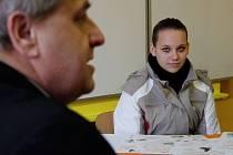 Michaela Hofmanová pozorně naslouchá, když ředitel horšovskotýnské školy Václav Švarc vypráví o novém oboru Předškolní pedagogika. Michaela má ráda děti a jednou by se ráda stala učitelkou v mateřské školce.