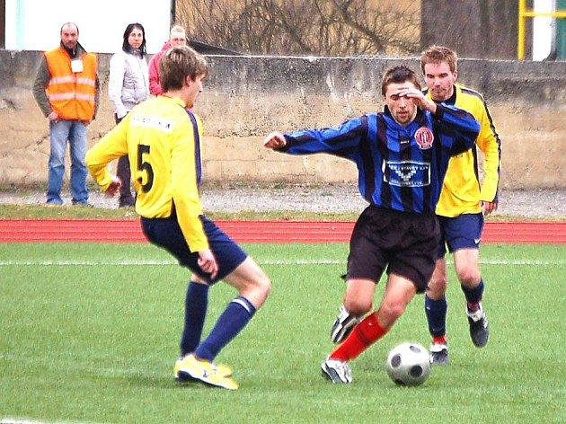 Týnský Andrle se pokouší o průnik obranou Dlouhého Újezdu.