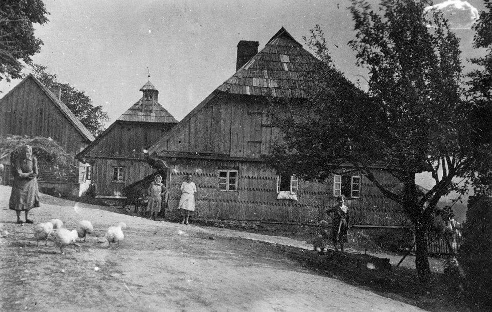 Kniha Po pěšinách Bělskem představuje historii regionu a jeho proměny. Součástí jsou dobové fotografie zaniklých obcí. Na snímku jsou Novosedly.