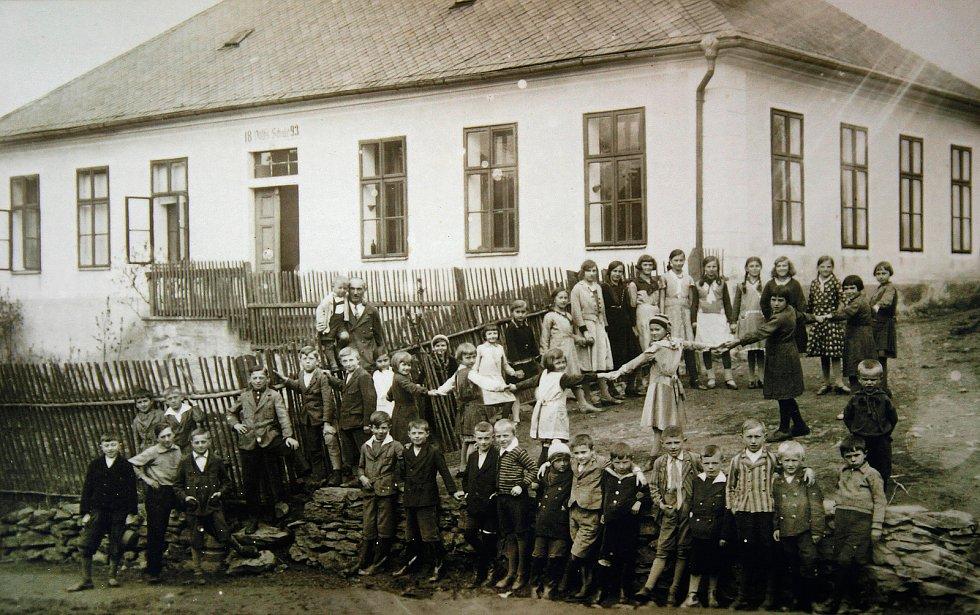 Kniha Po pěšinách Bělskem představuje historii regionu a jeho proměny. Součástí jsou také dobové fotografie zaniklých obcí. Na snímku je škola ve Valdorfu.