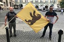 Protest starostů. Vedení Všerub se zúčastnilo i se svou vlajkou.