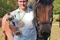 ZBYNĚK WENINGER. Jeho životem jsou už deset let koně. Snímek je z vyhodnocení loňské soutěže Podčerchovská rozporka, kde skončil s Baletkou 3. a s dvojspřežím nenašel přemožitele.