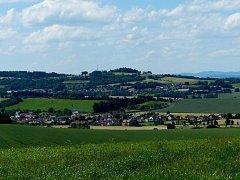 Pohled do údolí na Tlumačov z kopce Přední Vrchovo ležícího nad Mrákovem.