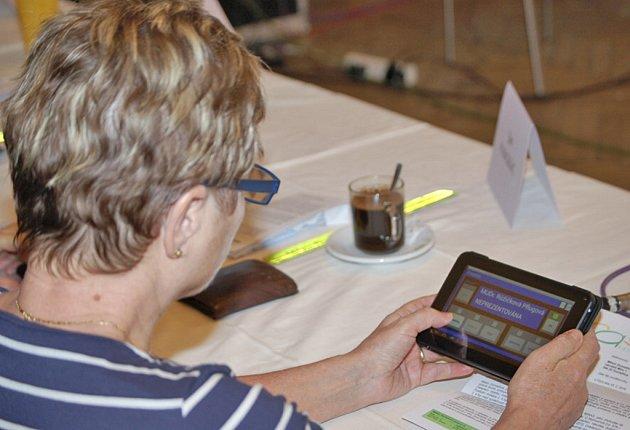 PŘIHLÁSIT A HLASOVAT. S novým tabletem a systémem se seznámila i zastupitelka Radmila Pflugová Růžičková (KSČM).
