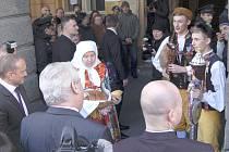 Hynek a Patrik Hradečtí vítali Miloše Zemana před domažlickou radnicí.