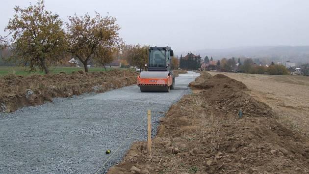 Z výstavby nové cesty ke hřbitovu.