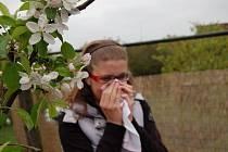 Kvetoucí příroda trápí alergiky.