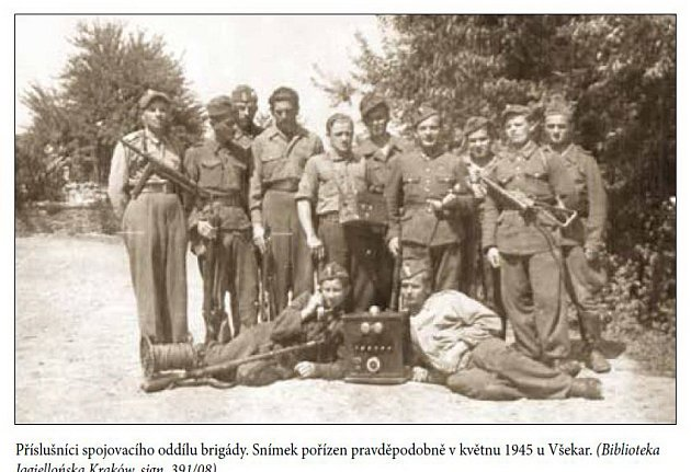 Příslušníci spojovacího oddílu brigády. Snímek pořízen pravděpodobně vkvětnu 1945uVšekar.