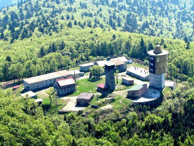 Čerchov. Při tomto pohledu z bavorské strany je na vojenské věži (vpravo) patrná žlutá část pláště a vrchol ze speciální hmoty, za níž se ukrývala technika sloužící k monitorování ´nepřátelského´ Západu.