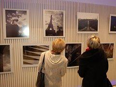 Vernisáž výstavy fotografií Martina Ticháčka.