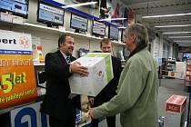 Předávání cen výhercům Fortuna ligy v prodejně K+B Expert v Meclově.
