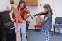 LETNÍ HUDEBNÍ KURZY. Lektorka hry na housle Jana Vonášková – Nováková má při výuce neskonalou trpělivost i se začátečníky, ze kterých se možná jednou vyklubou světoznámí umělci.