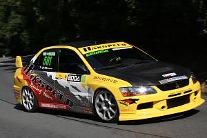 Ilustrační snímek ze závodů automobilů do vrchu.