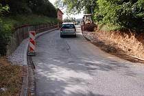 Nový chodník vzniká v Císlerově ulici v Domažlicích. Chodci po něm dojdou ze  sídliště Šumava do ul. Prokopa Velikého.