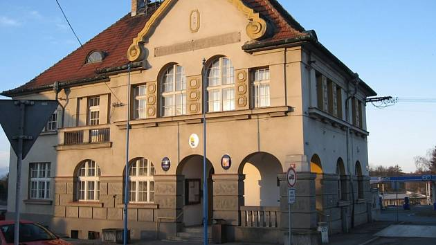 Holýšovská radnice, směrem k hlavnímu tahu je vidět historická část.