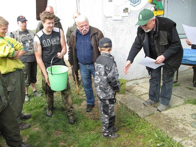 NEJMLADŠÍ ÚČASTNÍK ZÁVODŮ DAVID GABRIEL, jemuž bude v létě 8 let, byl pasován na rybáře od hospodáře Václava Vlčka. Než přijal gratulaci od předsedy Karla Amerlinga, ohlížel se, neboť čekal spršku.