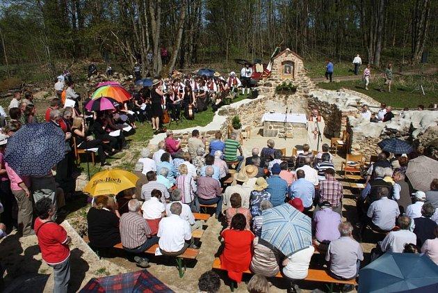 Vysvěcení znovuzrozeného kostela vLučině – Grafenriedu.