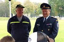 Okresní starosta dobrovolných hasičů Václav Kalčík (vpravo) sledoval při domažlickém kole spolu s Tomášem Kohelem výsledky jednotlivých týmů.