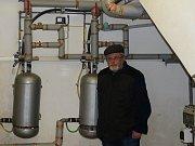 VYTÁPĚNÍ VĚŽE zajišťují tyto dva elektrické kotle, které nám ukázal správce Karel Amerling. Ohřívají vodu, jež jde do otopného systému ve vojenské věži.