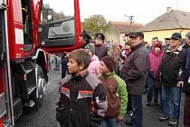 Předávání nového hasičského vozu v Kolovči.