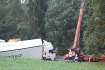 Vyprošťování kamionu po nehodě na Kočárku.