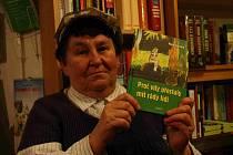 Marie Špačková představuje svou knihu.