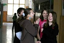 Žáci Poběžovické základní školy ví, že je zakázáno používat mobilní telefon při využování a nařízení respektují