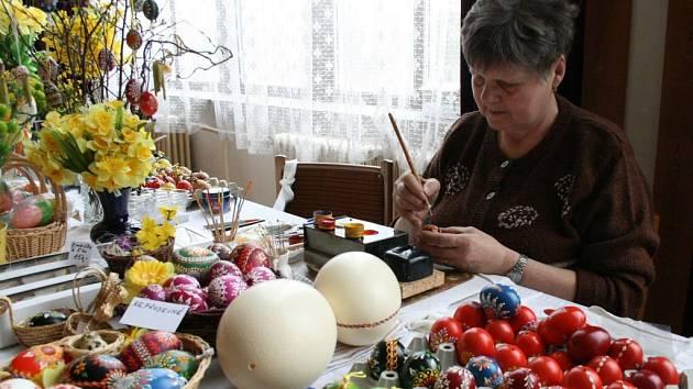 Emílie Bočanová z Poběžovic předvedla na výstavě zahrádkářů tradiční malování kraslic.