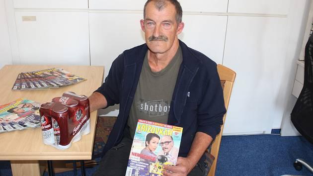 Bohumil Šůs z Bělé nad Radbuzou zvítězil v osmém kole fotbalové Tip ligy čtenářů Domažlického deníku a v redakci převzal odměnu od sponzora soutěže.