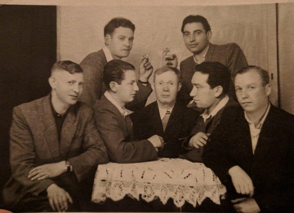 Wolf Zylbersztajn (vlevo nahoře) zachycený na snímku, který vznikl po roce 1945.