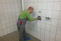 Úterní oprava prasklého potrubí v domažlickém bazénu.