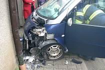 NÁRAZ DO DOMU. Nehoda ve Staňkově se naštěstí obešla bez zranění.