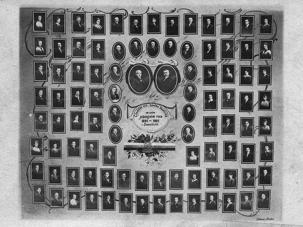 Tablo domažlického divadelního spolku Havlíček. Josef Amerling je na nejspodnější oválné fotografii vlevo.