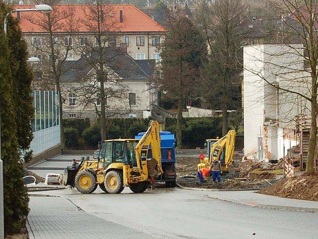 Práce u domažlického plaveckého bazénu pokračují. Dělníci se nyní věnují ploše v sousedství nové přístupové silnice.
