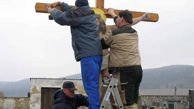 Na hřbitově ve Staněticích je nový kříž.