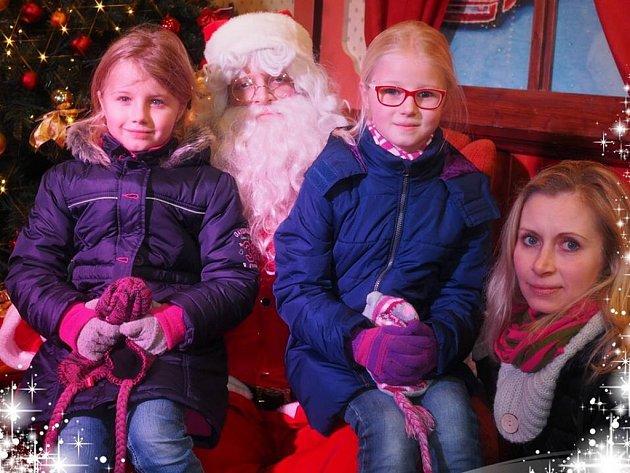 PAMÁTKA. Návštěvníci se mohli vyfotit s vánoční ikonou reklamní kampaně – Santa Clausem.