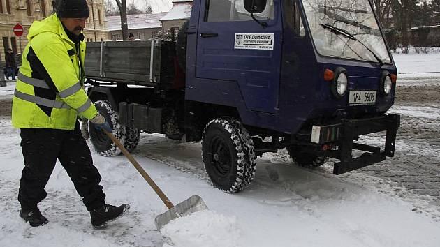 Pracovníci technických služeb měli plné ruce práce s uklízením chodníků.