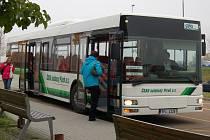 ZASTÁVKA U NOVÉ NEMOCNICE. Autobusy odtud míří přes celé Domažlice až na vlakové nádraží.