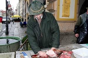 Radek Halada, který jako odborník pomáhá Domažlickým městským lesů s chovem ryb, nám předvedl, jak lze z kapra udělat filety bez kostí.