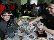 HRÁČI si na kdyňské herní výstavě mohli vybrat mezi karetnímii deskovými hrami.