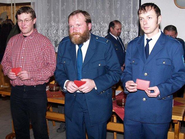 Za dlouholetou práci pro SDH Loučim převzali medaile (zleva) Dušan Siran, Richard Honka a za svého nemocného otce Tomáš Franc.