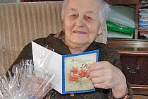 LIBUŠE MRÁZOVÁ si mohla blahopřání od obce přečíst díky prodělané operaci očí ve svých 90 letech bez brýlí.