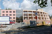 Výstavba Domova pro seniory v Domažlicích začala v dubnu loňského roku.
