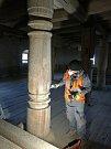 Jediná žena v týmu. Zaobírá se opravou a renovací profilovaných dřevěných sloupů.
