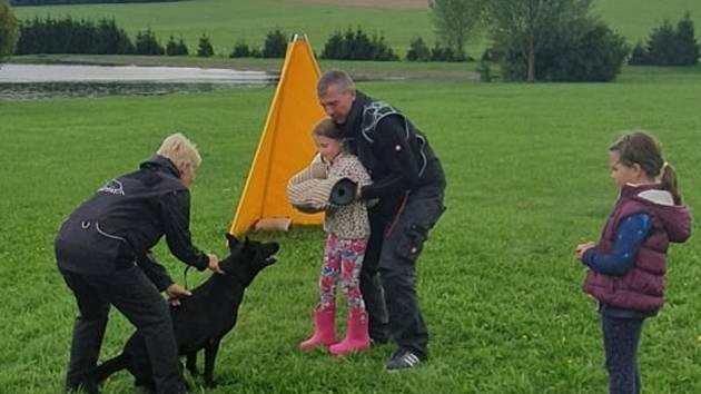 Děti si mohly vyzkoušet cviky se psy.