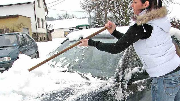 Ze sněhu neměli příliš velkou radost motoristé. Před cestou do práce musela nejprve odklidit napadaný sníh z auta také slečna Martina z Pasečnice.